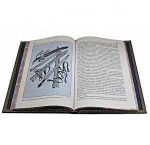Разворот подарочного издания книги с иллюстрацие