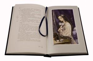 """Подарочное издание в развороте """"Дама с камелиями"""""""